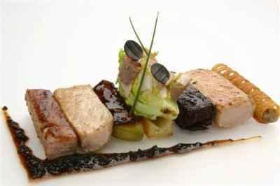 recette - carré de porcelet rôti laqué,  boudin noir, échine en salade