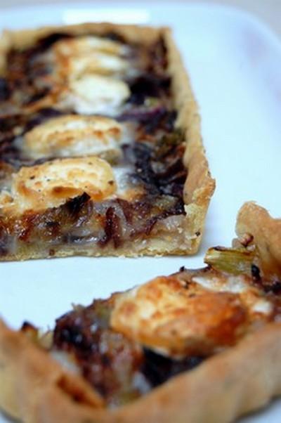 recette - tarte chèvre, oignon rouge et oignons nouveaux