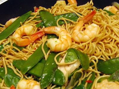 recette - wok de nouilles chinoises aux crevettes et poulet
