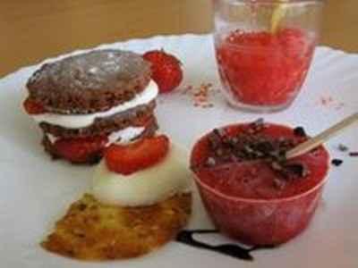 recette - sablés au chocolat à la fraise façon mille feuille, granité de fraises