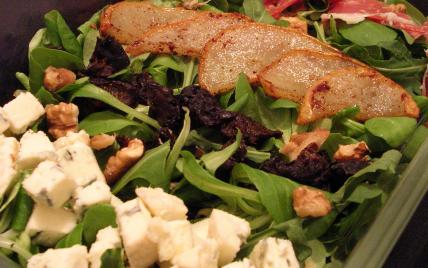 recette - salade de poires poêlées, fourme d'ambert, pruneaux et pata negra