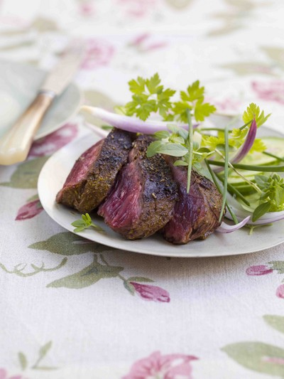 recette - onglet grillé, sauce barbecue et salade d'herbes