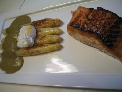 recette - saumon mariné et grillé, asperges blanches aa de malines, oeuf mollet
