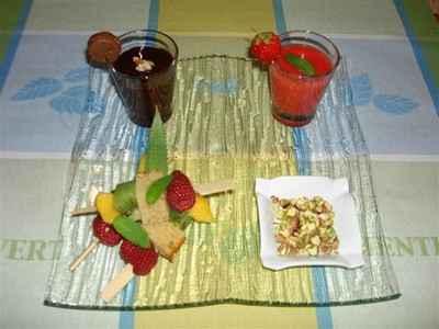 recette - brochettes de cake au thé vert et fruits frais, duo de soupe fraises v