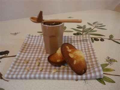 recette - petits pots de crème au toblerone,madeleines au miel et pignons de pin