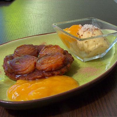 recette - tarte tatin d'abricots épicée accompagnée de sa glace et de son coulis