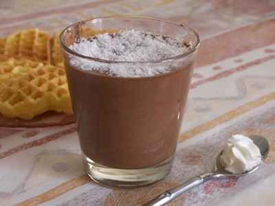 recette - mousse au chocolat parsemée de noix de coco râpée
